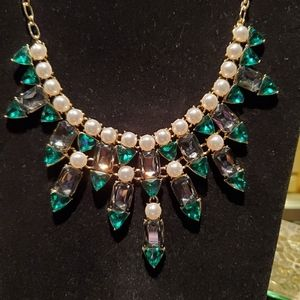 💝 Pearl green and black stone bib necklace
